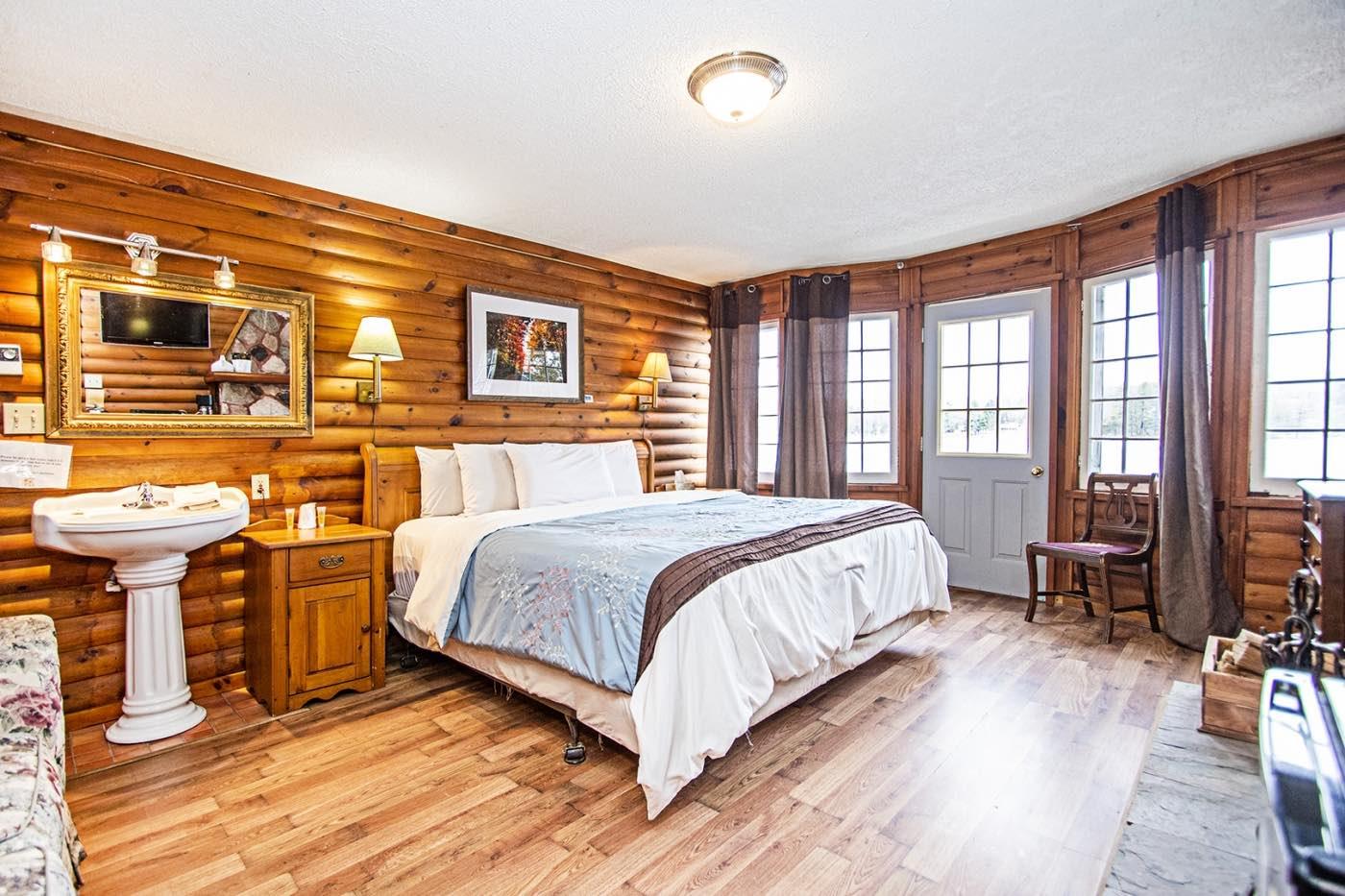 Bonnie View Inn Haliburton Hotels log cabin room